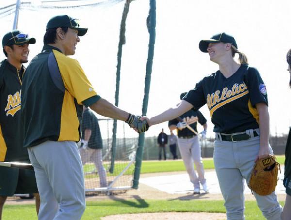 Justine Siegal rencontre la légende du baseball japonais Hideki Matsui. Crédit : AP