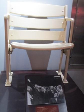 Reproduction du siège sur lequel a pris place le président Kennedy à Washington.