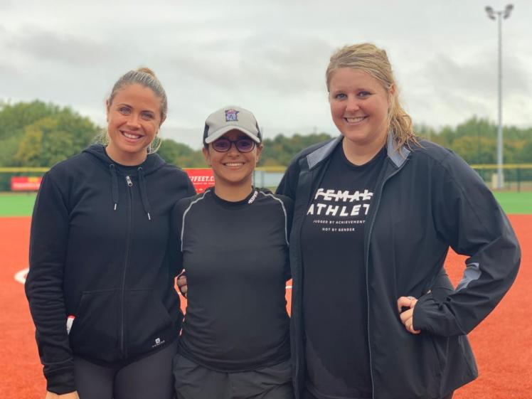Salma Boulares entourée de GiOnna DiSalvatore et Chelsea Thomas, deux stars américaines du softball